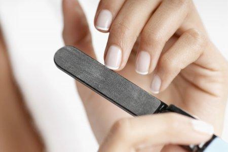 Из-за чего может появиться дистрофия ногтевой пластины?